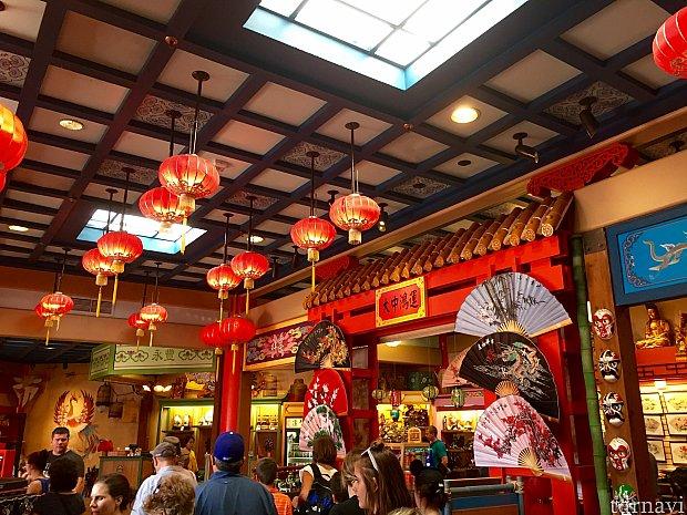 終了後、シアターを出ると、ショップと言うより、お土産屋さんといった雰囲気のエリアにでます。とは言え、とっても綺麗で清潔です。このショップがまた大きいんです。中国の実際のお土産屋さんもこんな感じの雰囲気なんでしょうか。
