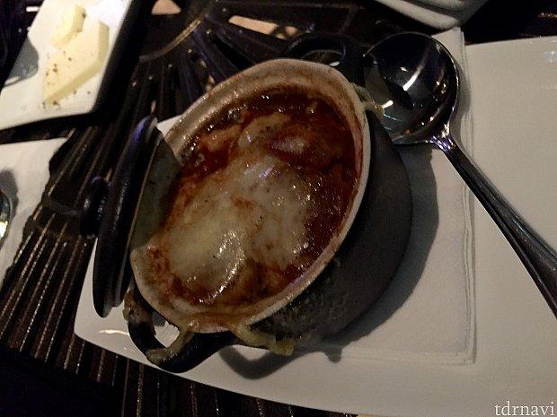 フレンチオニオンスープ。いつもより少し塩加減が強かったのが少し残念。