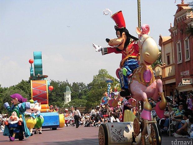 外周側・グーフィーでパレードが始まります。外周側はパレードの向こう側までよく見えて、長く楽しめます。