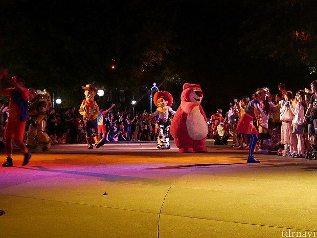 ☆スペシャルパレード☆ 22:00。ピクサーの仲間とダンサーが徒歩で登場します! トイ・ストーリー