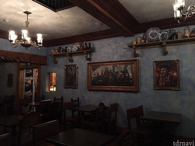 壁には海賊達の絵画が飾ってありました。