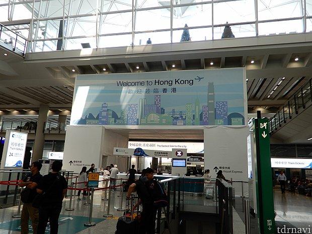 空港の到着口よりすぐのところからエアポートエクスプレスに乗れます。
