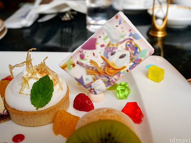 左に写ってるのはドナルドとデイジーのおしりをイメージしたレモンのタルト!ムースの下にレモンの爽やかなソースが潜んでます😌