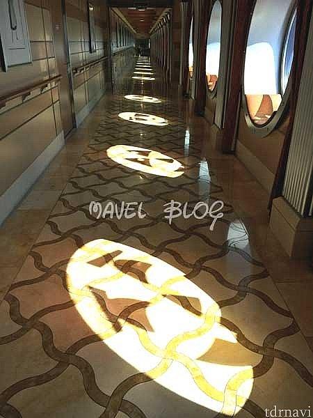 デッキ3のロビーからアニメーターズパレットへ続く廊下。光が差し込むとこんなに素敵な魔法がかかります。