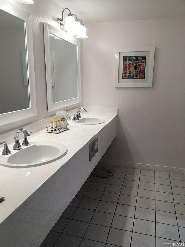 洗面所は広々と綺麗です。