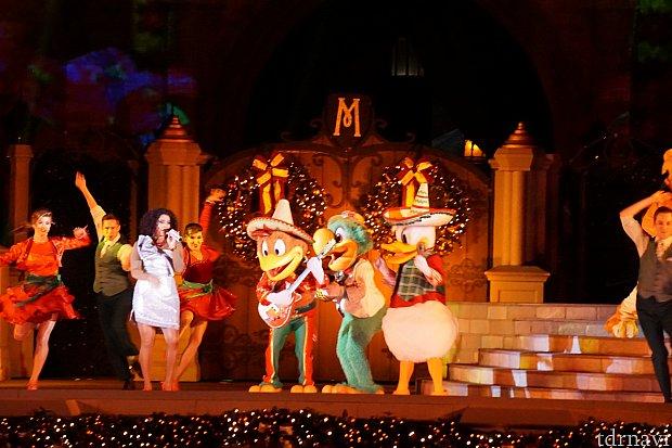ドナルド、ホセ、パンチートは、Feliz Navidadを演奏します。
