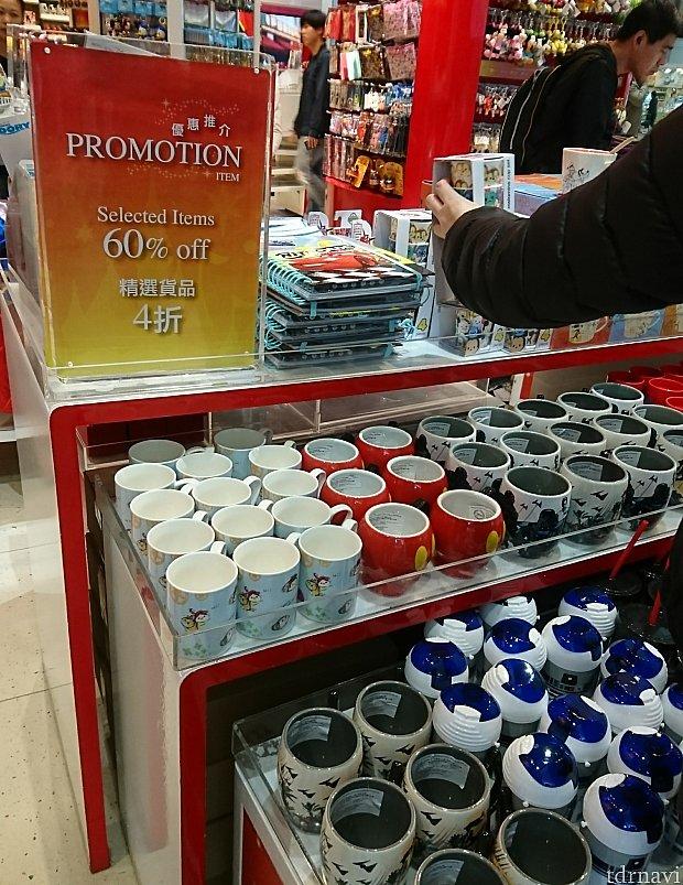 60%offコーナーはマグカップやドリンクボトル、メラミンのカップ等が。トイストーリー柄も入ったツムツムのマグカップ、帰るまでに割ってしまいそうで買わず💧右上のスープカップだけは箱入りでした。