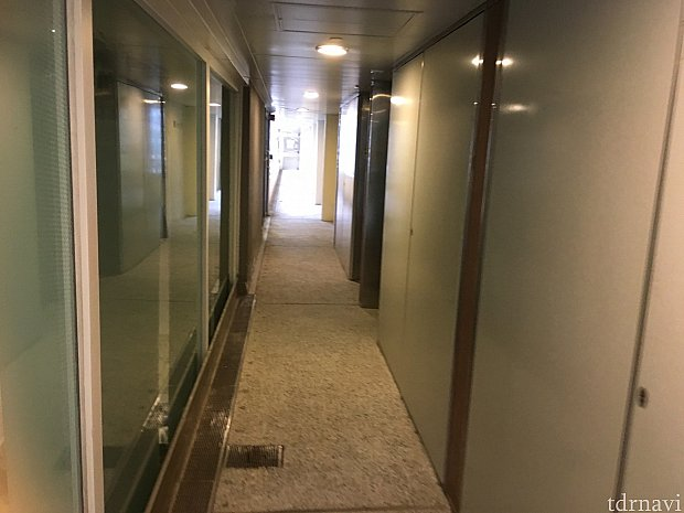 マンションの廊下みたいなところを通ってお部屋へ。宿泊者専用エリアはルームキーをかざさないと入れなくなっています