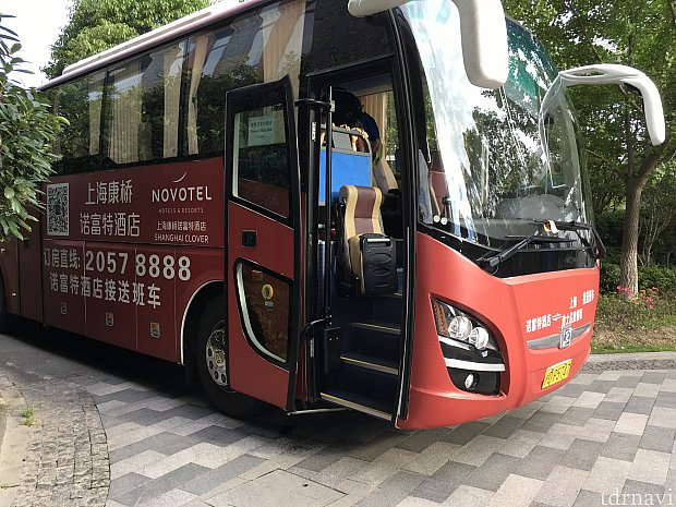 パーク行きのバスは大型バス。ホテル玄関を出て左に停車していました