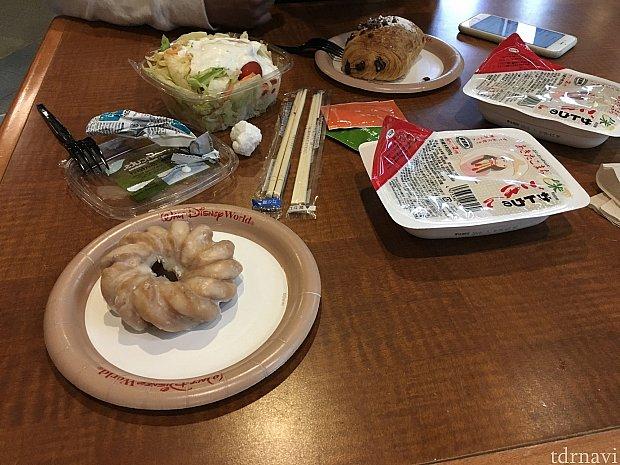 1回目の朝食は日本から持参したご飯にふりかけ。サラダとパンはここで購入しました