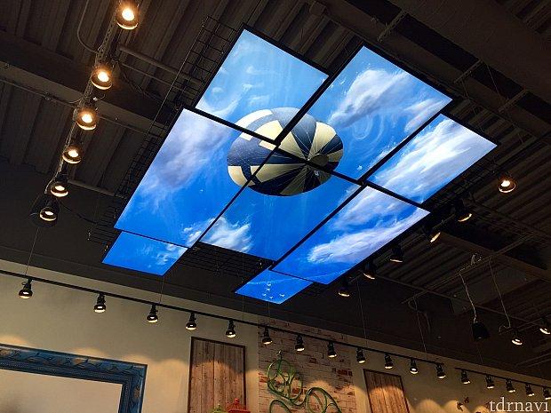 天井にはモニターに空が映し出されていました。