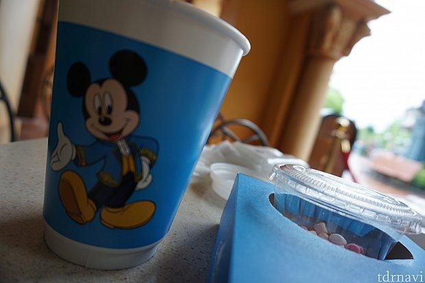 ホットドリンクはないとのことで、レミーのパティスリーで紅茶を買ってきました。