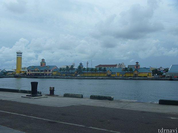 ナッソー寄港時の写真です。カラフルな建物がいっぱいありました!