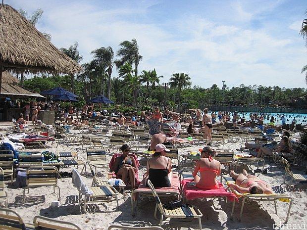 昼前に到着したら波打ち際のビーチチェアは満席(ToT)陸地の方のチェアは空いている。昼過ぎにはだんだん空いて来る。