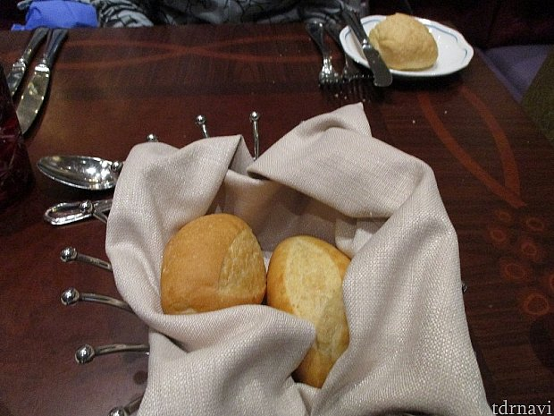 まずはパンがサーブされます。