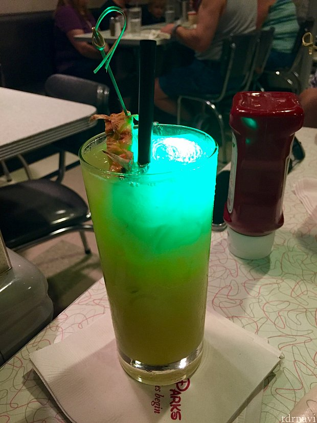 光るアイスの入ったカクテル、magical star cocktail を飲んでみました。パッションフルーツ系のカクテル。