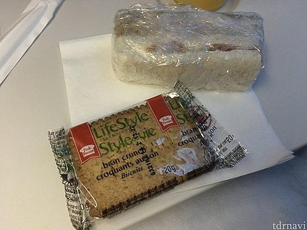 サンドイッチとビスケットも!カナダの人はこれぐらい食べないと足らないのか
