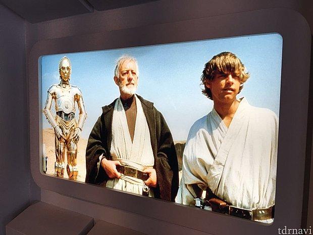 入場すると両サイドに映画のシーンが。