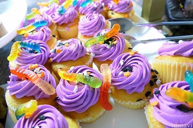 こちらもハロウィン限定であろう、食欲をそそられないカップケーキ。