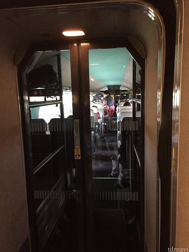 全席指定、荷物置き場には限りがあり、全員乗車完了するのにかなりの時間がかかりました。その為10分遅れの出発。