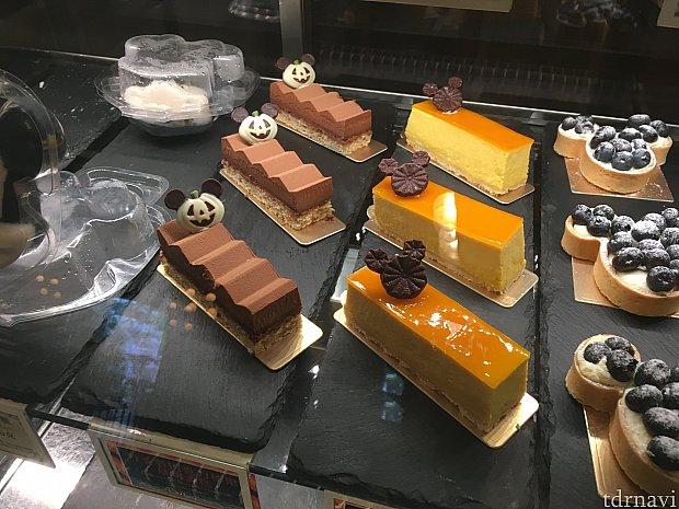 ハロウィーンらしいチョコの装飾がのったケーキ