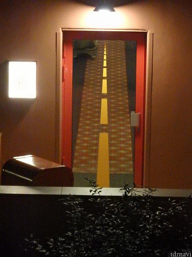 練の扉。 近くで見たら、上のほうが短く、下に行くにつれて長くなるだけのただの線なのですが、2階の部屋から見ると、廊下が道路に見えるようになる、中央線になっていたんだってわかります!