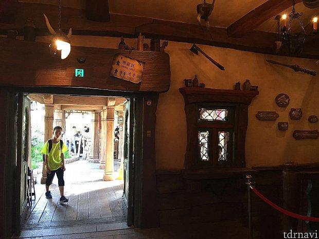 店内から入口方向をみたところです。