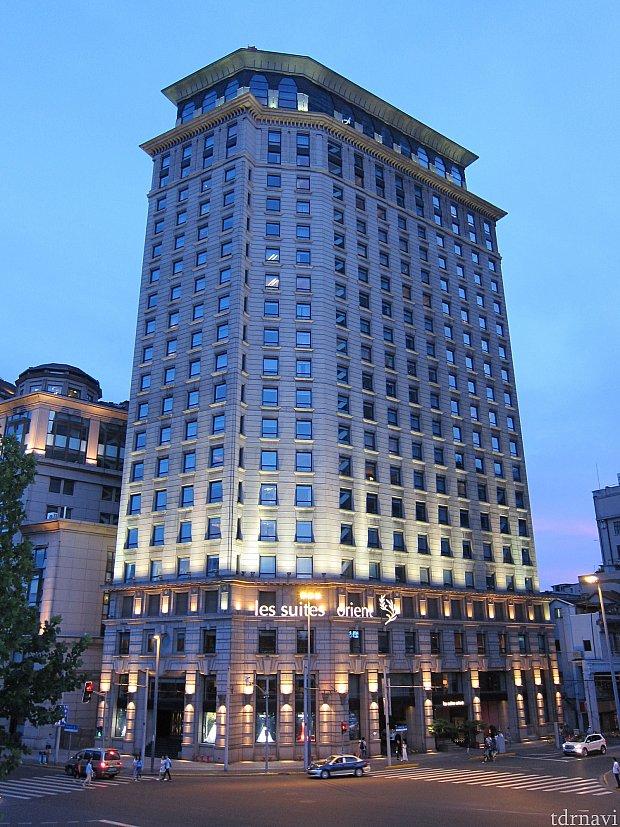 ホテルの外観。このホテルに泊まるなら、リバービューの部屋に泊まらないと意味がない。