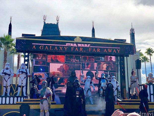 外に出ると「Star Wars: A galaxy Far, Far away」をやっていました。