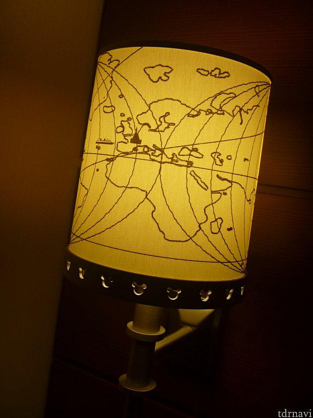 ベッドの横にあるランプ!世界地図になっており、お城やクルーズ船が描かれています。下もミッキーシェイプでとても可愛いです☆