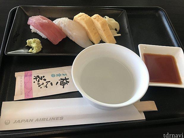 ファーストラウンジでヒラメのお寿司がありました🍣