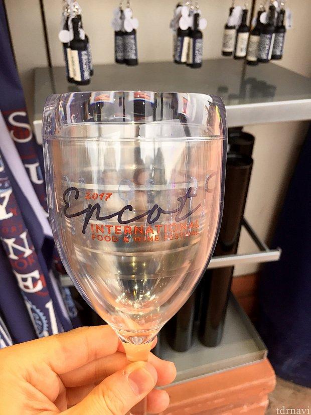 このワイングラスはプラスティック製で$24.99。おそらく2重層になっているので、保温効果がありそうです。