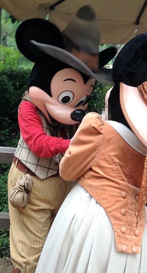 ミッキーがサインしてるのをミニーが支えてました。