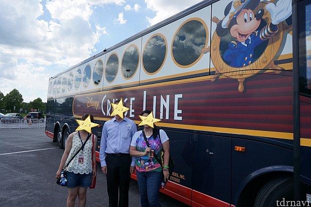 ツアー終了後、バスを背景に案内してくれた社員さんと撮りました。