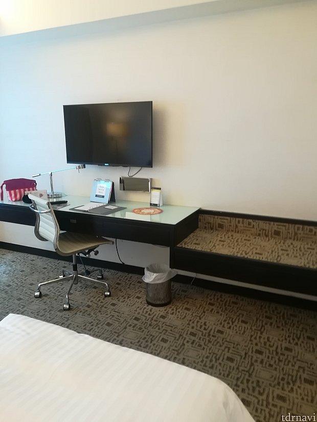備え付けのテーブルと荷物置き。連れはこちらにスーツケースを広げめました!二人でスーツケースを広げても有り余る部屋の空間…素敵すぎる!!