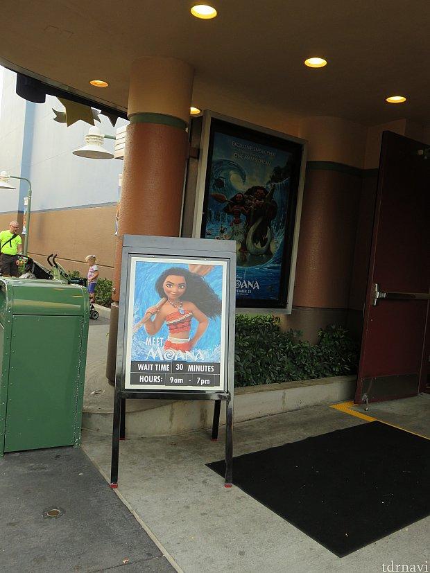 「ウォルト・ディズニー:ワンマンズ・ドリーム」入口。モアナのグリの看板はこれしかありません。たぶん見逃す人はいっぱいいると思います。自分も入るまで気付きませんでした。