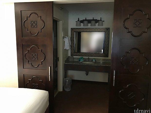 水回りと部屋はしっかりと扉で仕切れます