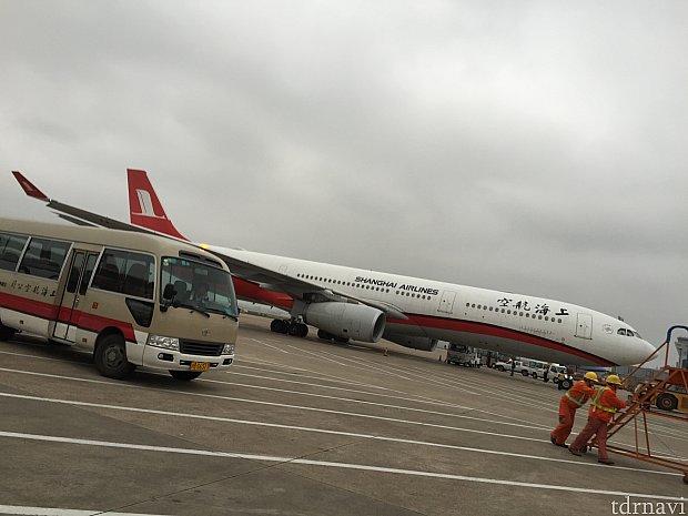 帰りもバスで飛行機まで向かいました。