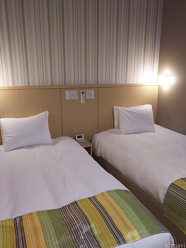 ベッド周りはシンプルだけど🔌コンセントしっかりあります。 ここ以外にも室内数ヶ所コンセントあります。