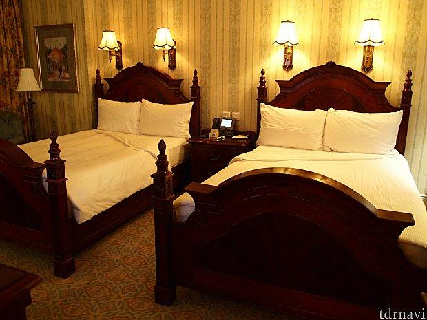 ベッドはクイーンサイズが2台。足元には大きなTVもあります。