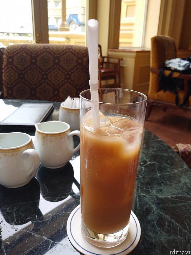 ドリンクは、コーヒー・紅茶とプレミアムティーの中から選べて、同じのならおかわりできます。 私は、アイスティーのミルクにしました💡