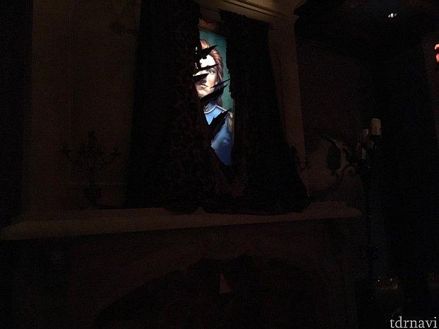 ビーストのお部屋はかなり照明が落とされており、重々しい雰囲気…