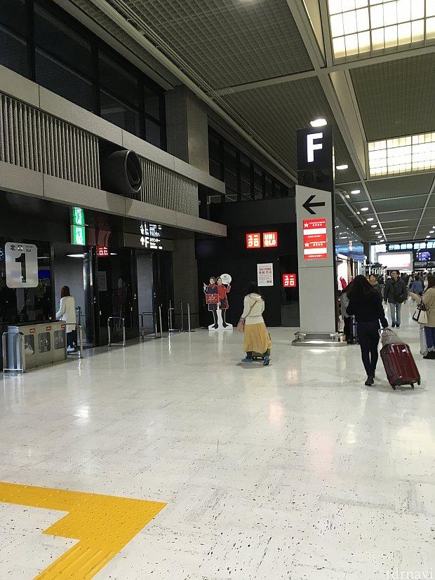 成田のチェックインカウンター入口付近。ユニクロの後ろ?にあります。