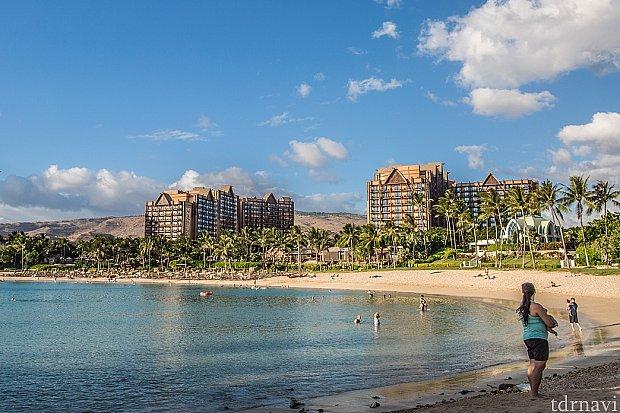 ビーチの端からはビーチとホテルを一望できる