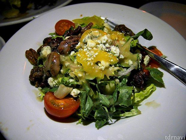 【House Salad】 野菜だけでなく、クルミやチーズ、乾燥したクランベリーなども入ってました😊野菜不足になりがちなアメリカでは嬉しいメニューでしたが、ボリュームが多い😱