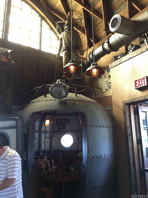 こんなユニークな席もあります。もちろん開いていればこの席に座ることができます。潜水艇の上には潜水服も。