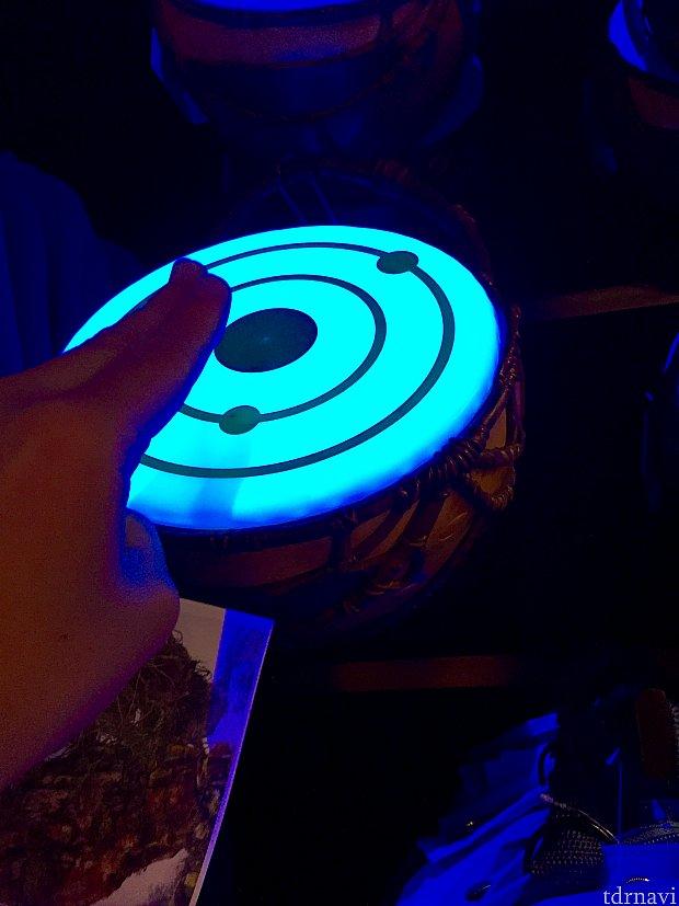 こちらの太鼓は、叩くと光が更に強くなります。ちなみにパンドラでは夕暮れ時にドラムのショーがあるようです。