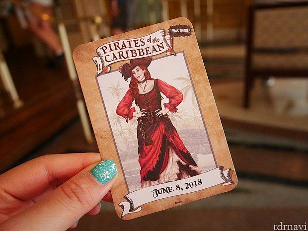 待っているときにカードをいただきました。 カリブの海賊で花嫁のオークションシーンとして問題になった女の人が、リニューアルして女海賊になった姿のカードでしょうか?