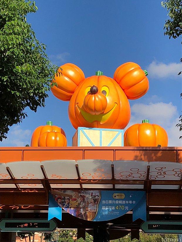 入園ゲートには大きいキャラクターのかぼちゃ! この日は8:00オープンの日でしたが、アーリーはなく荷物検査オープンは7:50過ぎでした。 私は7:50に荷物検査に並び、入園出来たのは8:20。