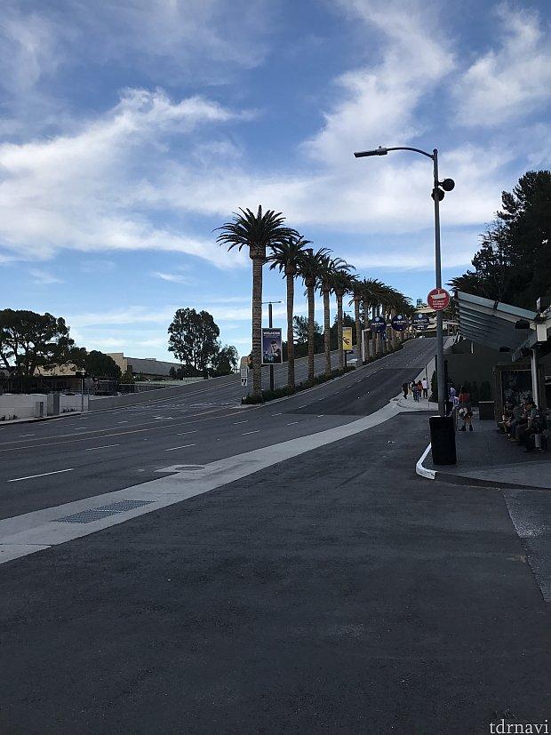 駅を上がって通りの向かいに無料バス乗り場があります